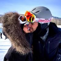 Nina Dobrev e Austin Stowell se beijam em foto romântica e arrancam suspiros no Instagram