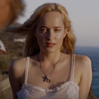 """Dakota Johnson, de """"50 Tons de Cinza"""", aparece loira e provocante em trailer de novo filme"""