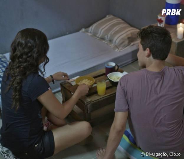 """Novela """"Malhação"""": Artur (Gabriel Kaufmann) faz jantar romântico para Julia (Lívian Aragão)!"""