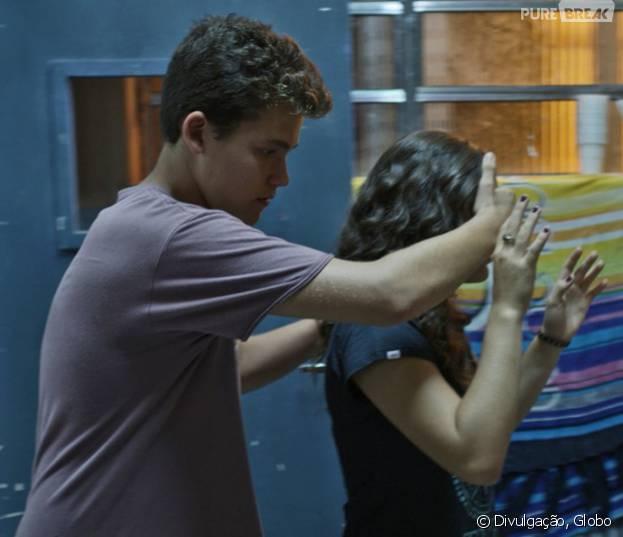 """Em """"Malhação"""": Julia (Lívian Aragão) recebe jantar romântico de Artur (Gabriel Kaufmann)"""