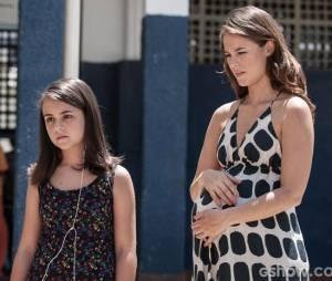 """Em """"Amor à Vida"""",Paloma (Paolla Oliveira) mostra seu barrigão ao levar Paulinha (Klara Castanho) para visitar Ninho (Juliano Cazarré) na prisão"""