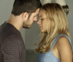 """Em """"A Regra do Jogo"""", Dante (Marco Pigossi) e Lara (Carolina Dieckmann) ficam noivos!"""