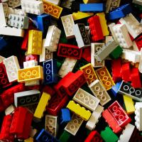 Aos 82 anos, LEGO se reinventa e conquista novos fãs