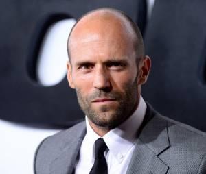 """Ao saltar de uma cachoeira para um lago, em """"Os Mercenários 3"""", Jason Statham não conseguiu voltar à superfície e quase se afogou"""