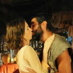 """Novela """"Os Dez Mandamentos"""": na 2ª temporada, Leila (Juliana Didone) e Gahiji finalmente se beijam!"""