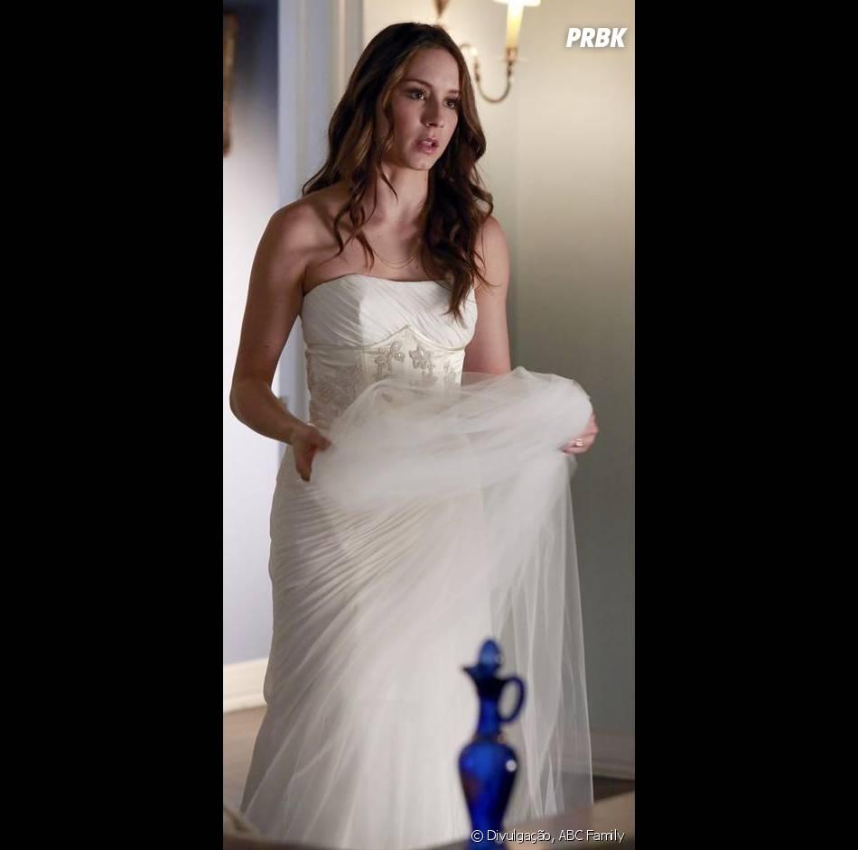 """Em """"Pretty Little Liars"""", Spencer (Troian Bellisario) usa um vestido lindo!"""