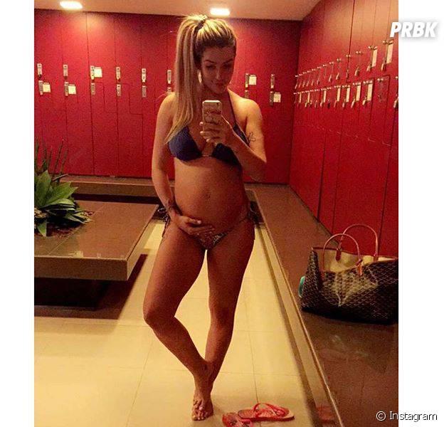 """Nas redes sociais, Aline Gotschalg, musa do """"BBB15"""", compartilha várias fotos de sua barriga de grávida"""