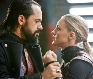 """Em """"Legends of Tomorrow"""", Cassandra (Jessica Sipos), filha de Vandal Savage (Casper Crump), aparece pela primeira vez!"""