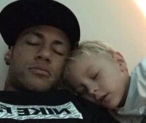 Que soneca boa! Vai dizer que Neymar Jr. e Davi Lucca não são fofos?
