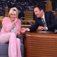 "Miley Cyrus participa do ""Tonight Show"" com Jimmy Fallon e fala sobre ""The Voice US"""