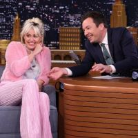 "Miley Cyrus participa do ""Tonight Show"" com Jimmy Fallon e fala sobre ""The Voice US"""