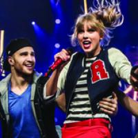 "Taylor Swift comemora 1º ano da turnê ""RED"" e parabeniza fãs no Facebook"