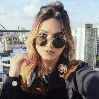 """Manu Gavassi mistura Ariana Grande e Tiago Iorc em cover de """"Into You"""" e """"Amei Te Ver"""""""