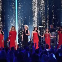 Fifth Harmony se apresenta no CMT Awards 2016 ao lado da cantora country Cam