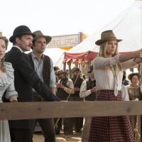 """Amanda Seyfield estrela filme louco de velho oeste do mesmo criador de """"Ted"""""""