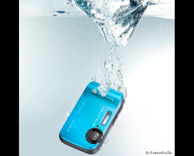 A câmera fotográfica Sony Cyber-shot DSC-TF1resiste a quedas de 1,5m e pode ir até 10m embaixo d'água
