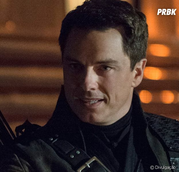 "Em ""The Flash"", ""Arrow"", ""Legends of Tomorrow"" e ""Supergirl"": John Barrowman será o vilão Malcolm Merlyn nas quatro séries!"