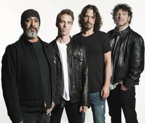 "Os veteranos do Soundgarden cantam ""Black Hole Sun"" no Lollapalooza"