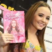 """Larissa Manoela, de """"Cúmplices de Um Resgate"""", é a dona do livro mais vendido do Brasil atualmente!"""