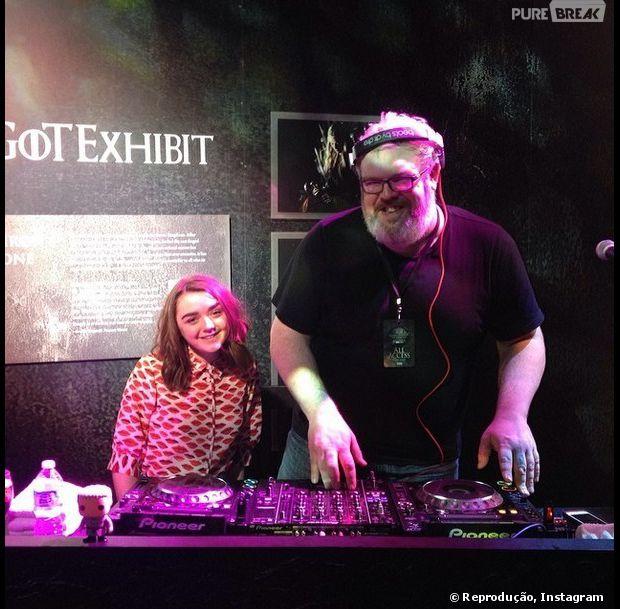 """Arya Stark (Maisie Williams) curtindo o som de Hodor (Kristian Nairn) nas férias de """"Game of Thrones"""""""