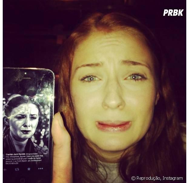 """Sansa Stark (Sophie Turner) aproveitou as férias de """"Game of Thrones"""", para treinar sua cara de sofrimento."""