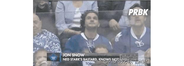"""Jon Snow (Kit Harington) resolveu curtir as férias de """"Game of Thrones"""" num jogo de hóquei! Sai da neve menino!"""