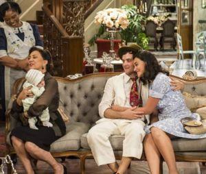 """Em """"Êta Mundo Bom!"""", Filomena (Débora Nascimento) e Candinho (Sergio Guizé) apresentam bebê para Anastácia (Eliane Giardini)"""