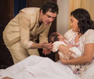 """Novela """"Êta Mundo Bom!"""": Filomena (Débora Nascimento) e Candinho (Sergio Guizé) tiveram filho recentemente"""