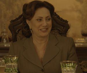 """Em """"Êta Mundo Bom!"""": Anastácia (Eliane Giardini) esquece passado de Filomena (Débora Nascimento) e aprova casamento"""