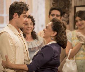 """Novela """"Êta Mundo Bom!"""": Anastácia (Eliane Giardini) aprova casamento de Candinho (Sergio Guizé) e Filomena (Débora Nascimento)"""