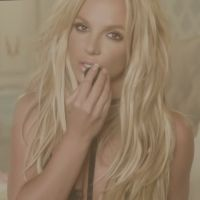 "Britney Spears tem música inédita vazada na web! Ouça ""Clumsy"", single promocional do álbum ""Glory"""
