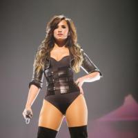 """Demi Lovato de música nova? """"Too Much Love"""" cai na rede e fãs enchem o novo single de elogios"""
