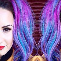 Demi Lovato surpreende fãs ao aparecer com apliques coloridos no cabelo!