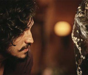 """Novela """"Velho Chico"""": Miguel (Gabriel Leone) ajuda Encarnação (Selma Egrei) em momento de surto"""