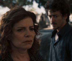 """De """"Justiça"""": Vicente (Jesuíta Barbosa) e Elisa (Débora Bloch) sofrem acidente de carro e rapaz morre"""