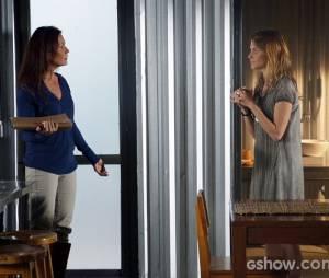 """Paulinha (Christiana Ubach) evitou que Tereza (Carolina Ferraz) destruísse o dossiê em """"Além do Horizonte"""""""