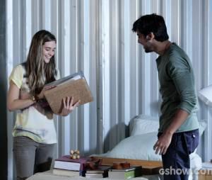 """Em """"Além do Horizonte"""", Lili (Juliana Paiva) conseguirá recuperar o dossiê da Comunidade depois da ajuda de Marlon (Rodrigo Simas)"""