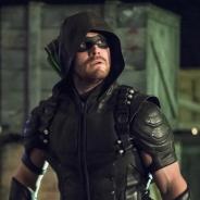"""De """"Arrow"""": no cartaz da 5° temporada, o Arqueiro Verde está de volta patrulhando a Star City!"""