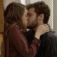 "Novela ""Haja Coração"": Giovanni (Jayme Matarazzo) beija Camila após levar fora da ex-namorada"