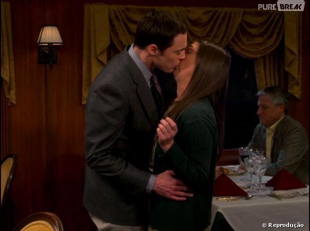 "Sheldon (Jim Parsons) beijou Amy (Mayim Bialik) em ""The Big Bang Theory"""