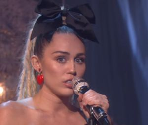 "Miley Cyrus canta ""Hands of Love"" com Linda Perry no programa de Ellen DeGeneres"