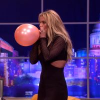 Britney Spears canta Taylor Swift e beija Alexander Skarsgård em programa de TV britânico!