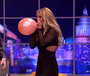 Veja Britney Spears cantando Taylor Swift com balão hélio!