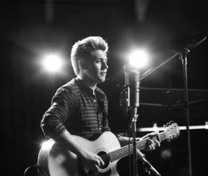 """""""This Town"""" é o primeiro single de Niall Horan, do One Direction."""