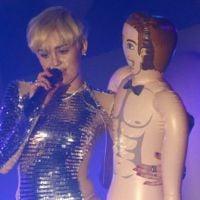 Miley Cyrus faz pocket show e sensualiza com brinquedo erótico em boate gay
