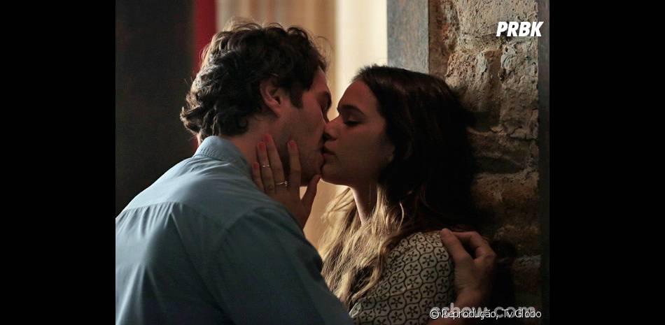 """Laerte (Gabriel Braga Nunes) não controla mais sua paixão porLuiza (Bruna Marquezine) na trama de """"Em Família""""!"""