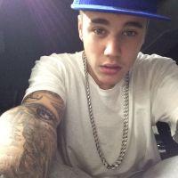 Justin Bieber surpreende e senta em chão de aeroporto só para bater papo com fãs em Barcelona!