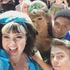 """Ariana Grande dança, canta e surpreende com performance explosiva ao lado do elenco de """"Hairspray""""!"""