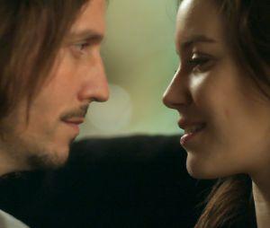 """Gui (Vladimir Brichta) e Júlia (Nathalia Dill) finalmente ficam juntos em """"Rock Story"""", novela da Globo"""