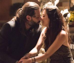 "Em ""Sol Nascente"": Milena (Giovanna Grigio) e Ralf (Henri Castelli) namoram"